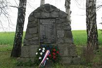 Celkem devětadvacet jmen je napsáno na pomníku věnovaném padlým, který leží u železničního přejezdu mezi Žďírcem nad Doubravou a Sobíňovem. Čerstvě položený věnec je dokladem, že se ani po pětašedesáti letech nezapomíná na krvavou bitvu.