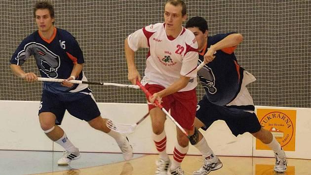 Spoléhat se bude trenér Tomáš Sýkora v zápase o šest bodů s Litvínovem na Ondřeje Míku (v bílém), který je jedním z hlavních tahounů týmu i mimo palubovku.