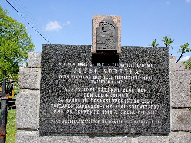 Dvě památky. Před rodným domem Josefa Sobotky v Čachotíně stojí pomník rakousko-uherskou soldateskou popraveného legionáře.