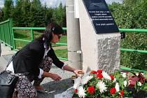 Smrt čtyř dělníků připomíná od loňského září pamětní deska, umístěná přímo na mostě.