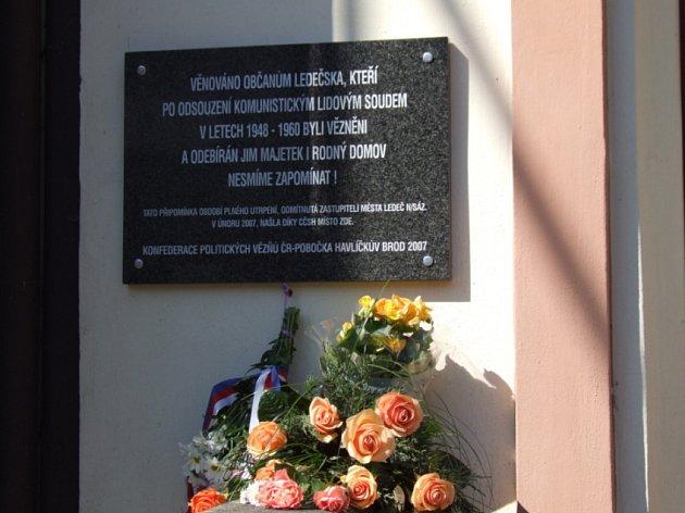 Pamětní deska na kostele Církve československé husitské v Ledči nad Sázavou.