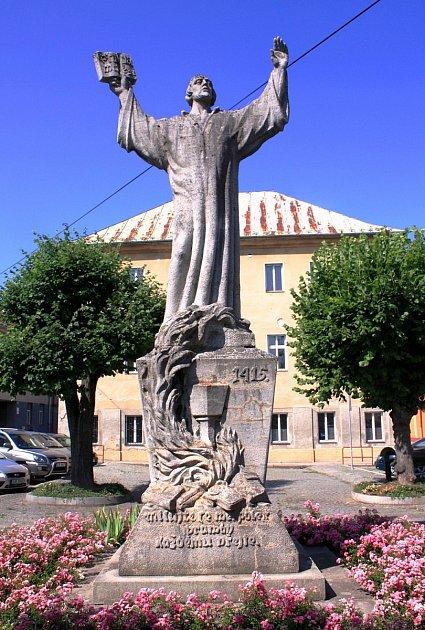 Socha Mistra Jana Husa dominuje náměstí vLedči.