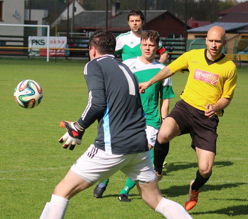 Noví stopeři. Velezkušené ofenzivní stálice Petr Čalkovský a Radek Kolouch (v zeleném zprava) vypomáhali na stoperu.