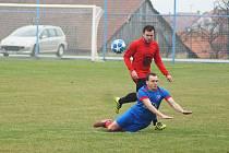 Fotbalisté Koutů (v červeném Michal Nestrojil) začali sezonu dvěma domácími porážkami.