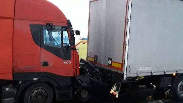 Na Vysočině dva kamiony slisovaly osobní auto. Řidička jako zázrakem přežila