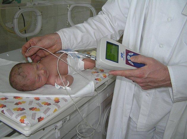 Vyšetření. Novorozence vyšetřuje v brodské nemocnici zaškolená sestra.