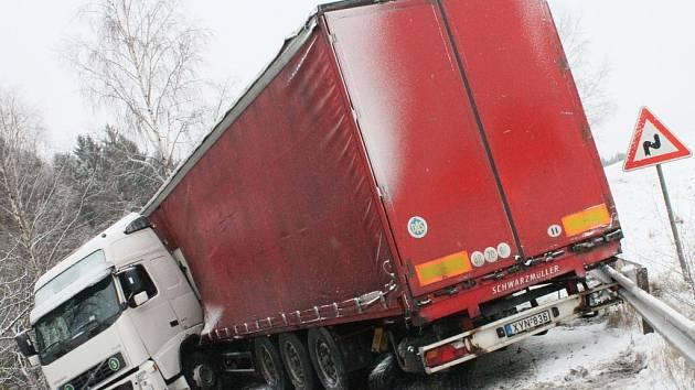 Hlavní tah od Žďírce nad Doubravou směrem na Havlíčkův Brod od šesti hodin ráno blokoval havarovaný maďarský kamion. Ten se vzpříčil od jedné strany silnice až ke druhé a nedalo se kolem něj ani projít, natož projet.