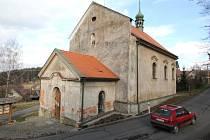 Záchrana. V Modletíně dnes žije pouze 20 stálých obyvatel. Přesto se zde zásluhou chotěbořského sdružení Benediktus opravuje zchátralý barokní kostel sv. Anny. Děje se tak v rámci evropského úsilí o záchranu kulturního dědictví venkova.