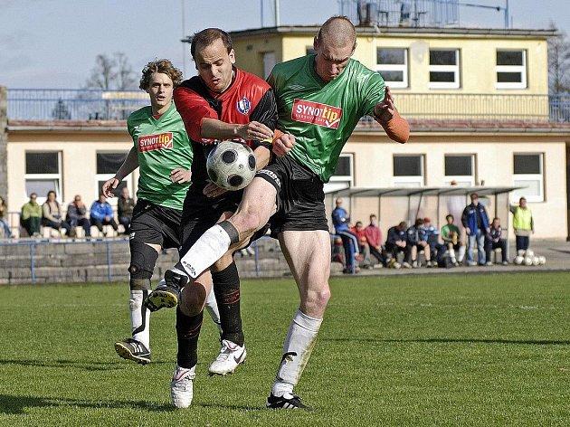 První tři body si na jaře připsali havlíčkobrodští fotbalisté. Zápas s Humpolcem rozhodl ve druhém poločase Jan Šimoníček (v zeleném vzadu) a spoustu míčů vybojoval v útoku Jaroslav Körbel (umíče v zeleném), který s humpoleckými nevypustil jediný souboj.