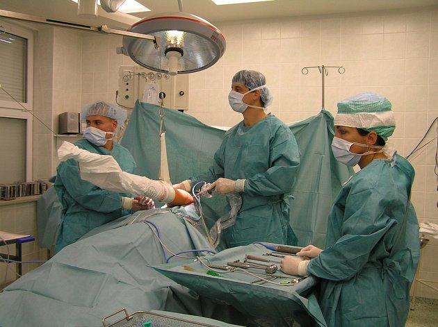 Anesteziologické oddělení zajišťuje anestezie při operačních výkonech, provede jich až  sedm tisíc ročně.