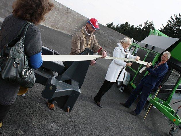 Páteční otevření nové kompostárny u Golčova Jeníkova bylo skutečně slavnostní. Společně se starostou Kopeckým stříhá pásku i poslankyně Jana Fischerová.