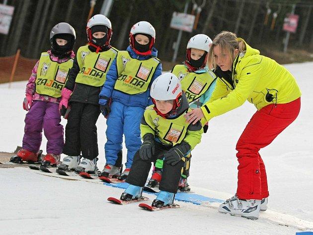 Děti jezdí na lyžařské kurzy do Ski areálu Šacberk.