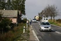 Je to o život. Dostat se domů na Skřivánek je často riskantní. Hlavní tah od Havlíčkova Brodu směrem na Jihlavu je totiž frekventovaný a velmi nebezpečný. Chybí tam totiž chodník, po kterém místní volají už několik let.