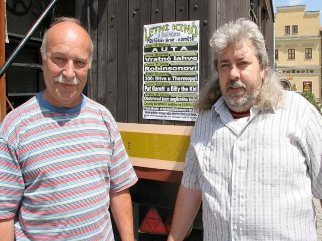 Tak velký zájem diváků pořadatelé letního kina Jiří Čáslavský (vlevo) s Antonínem Axmanem (vpravo) snad ani nečekali.