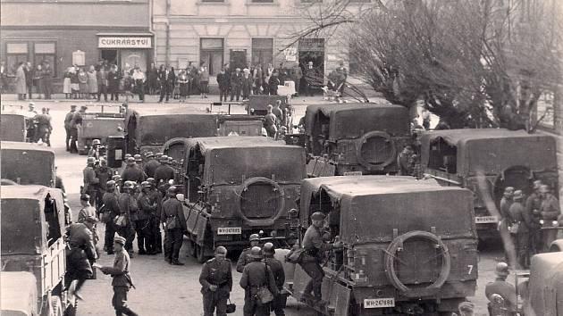 Němci přijeli na Přibyslavsko podle kroniky obce Dobrá vpátek večer 17. března. Byl to letecký oddíl pod vedením bavorského majora. Přijeli ve dvou krytých autech, ozbrojeni po zuby.