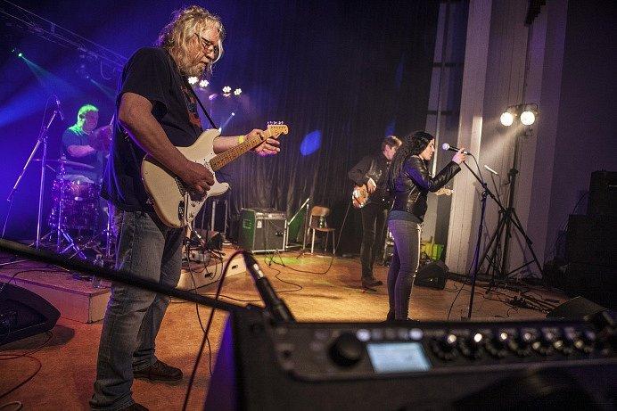 Chotěbořská bluesová kapela Shout The Blues Band předvedla ty nejlepší bluesové předělávky.