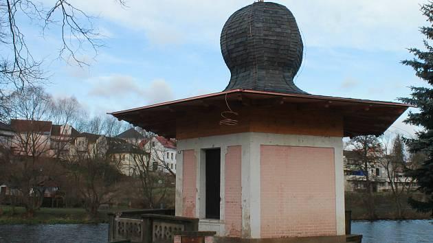 Do nového roku už památkově chráněný Turecký pavilon vstoupil s novou střechou.