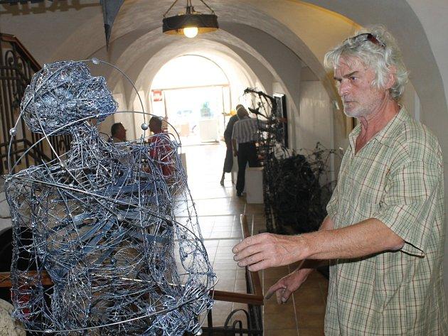 Sochař. Stanislav Bittermann vytváří sochy už více než pětadvacet let. Během své kariéry pracoval se dřevem, žulou i kamenem. V současnosti však nejraději dělá s drátem.