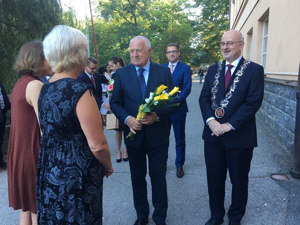 Bývalý prezident České republiky Václav Klaus ve čtvrtek zavítal do Havlíčkova Brodu. Svoji návštěvu zahájil v havlíčkobrodské Základní škole V Sadech, kde přivítal prvňáky. Klaus také navštívil brodské Muzeum Vysočiny či firmu Pleas.