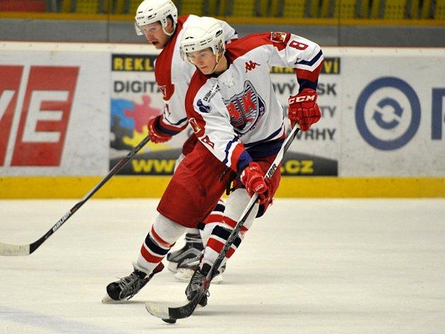 Ofenzivním obráncem je v brodském dresu devatenáctiletý Jakub Lacina (č.8).