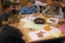 Výtvarné dílny, které Krajská knihovna Vysočiny v Havlíčkově Brodě pravidelně pořádá, slaví u dětí úspěch.