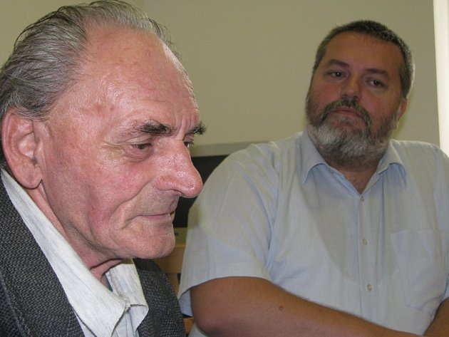 Pětaosmdesátiletý Jan Vampola (vlevo) poštu ve Věžnici zakládal. Mrzí ho, kam to dnes Česká pošta dopracovala. Na snímku se starostou Josefem Málkem.