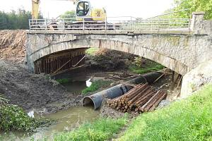 Takto pracoval bagr ve Vilémově, když do zřícení opravovaného mostu zbývaly zhruba tři hodiny. Po pádu zasypaly sutiny šest dělníků, čtyři z nich neštěstí nepřežili.