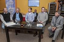 Na tiskové konferenci zleva: Jan Adamec, Jiří Duras – jeden z nejlepších instruktorů v ČR, šéf jury, Martin Šonka, Vladimír Machula a moderátor Jiří Vaníček.