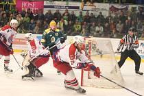 To zažívali brodští hokejisté (v bílém) po zápase na vsetínském stadionu na Lapači, kde po chybě inkasovali gól v prodloužení.