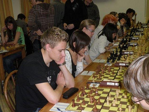 V popředí přemýšlí současný nejlepší hráč Jiskry Havlíčkův Brod, Filip Vala.