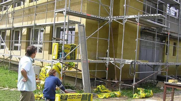 Stavební úpravy, které na budově základní školy ve Šlapanově provádí firma z Moravských Budějovic, mají přinést statisícové úspory.