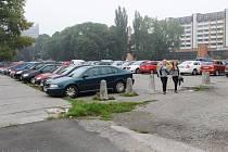 Poznávacím znamením listopadových svátků připomínajících zemřelé jsou plná parkoviště. Ta většinou nedokáží pojmout všechna auta, a lidé parkují v širokém okolí hřbitovů. Vysoké koncentrace vozů využívají vykradači aut. Ilustrační foto: