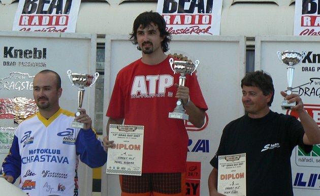 Nakonec to soupeřům natřel. Dragster Pavel Kubera (uprostřed) si z Hoškovic nakonec přivezl ten nejlepší pohár.