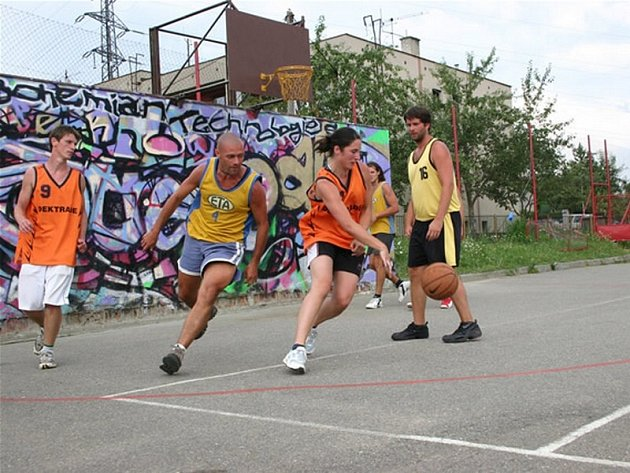 Sport spojený s muzikou. Pohodový den se chystá v havlíčkobrodské Čechovce, kde od 12 hodin v sobotu 14. července začíná turnaj ve streetballu, který se pak změní na hudební minifestival. Hvězdou večera bude skupina Cocotte Minute.