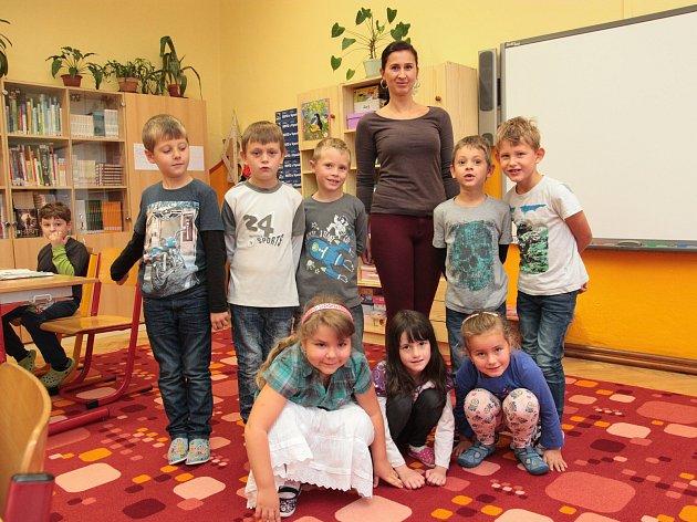 Na fotografii jsou žáci první třídy ZŠ a MŠ Dolní Město střídní učitelkou Martinou Heroutovou. Příště představíme prvňáčky ze ZŠ a MŠ Dlouhá Ves.