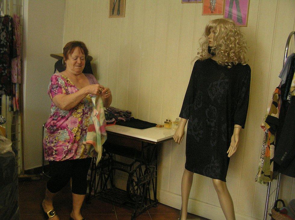 Věra Adamcová (na snímku) a její kolegyně švadlena Stanislava Bulíčková z Havlíčkova Brodu si na malý zájem zákazníků stěžovat nemohou. Šijí pro ně i originální modely z vlastní dílny.