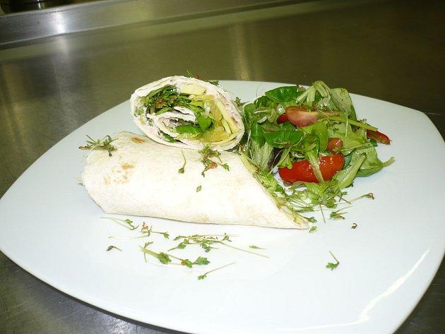 Ondřej připravil tortillu Rio Mare s avokádem, pomerančem doplněná salátkem z polníčku a rukoly