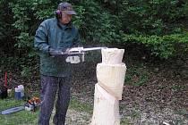 Šikovné ruce má určitě Josef Špicl z Havlíčkova Brodu. Na nedělních řemeslných trzích předváděl, jak vyřezává plastiku ze dřeva motorovou pilou.