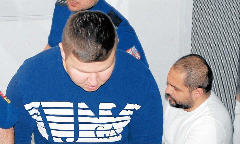 Proces se členy skupiny provázely nářky a nadávky nejen v soudní síni, ale také při jejich transportu z vazební cely.