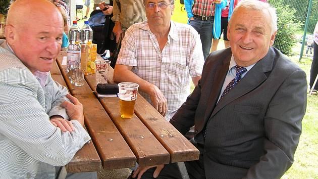 Jaroslav Hájek (vpravo), dnes již v penzi, má ve svém archivu asi tři stovky různých textů  pro dechovku i country.