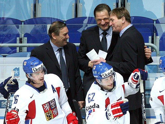 Bývalý vynikající hokejový obránce František Musil (uprostřed vzadu) byl v roce 2006 asistentem u české hokejové reprezentace. V současnosti je skautem týmu NHL Edmonton Oilers. V sobotu se zastavil na Vysočině, aby potěšil svého tchána, Jaroslava Holíka.