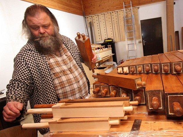 Restaurované dřevěné píšťaly přibyslavských varhan Dalibor Michek sestaví ve své montážní hale, celý nástroj intonuje a naladí, znovu rozebere a převeze na kůr do Přibyslavi. Tam zazní tak, jak poprvé hrály  v roce 1890.