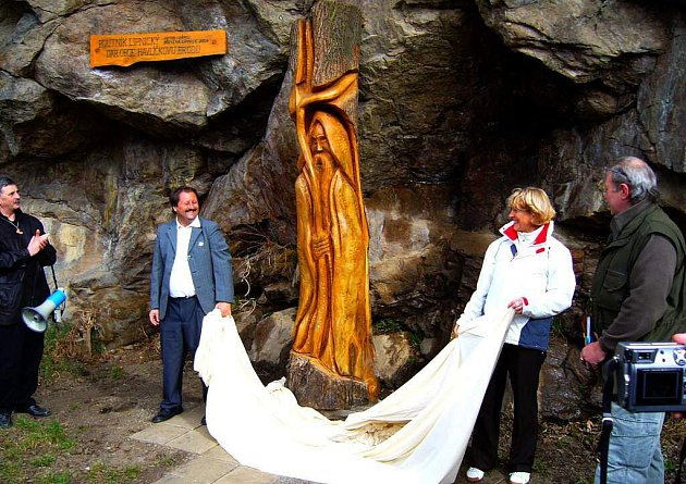 Dřevěná socha odhalení HB Plovárna.