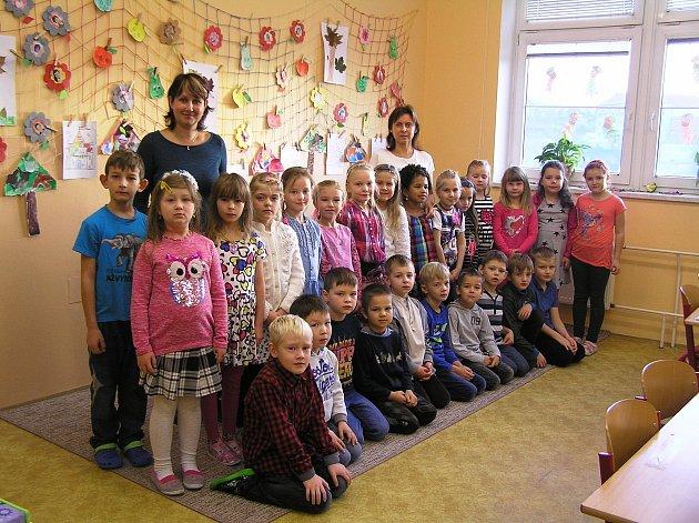 Na snímku jsou žáci 1.B Základní školy Ledeč nad Sázavou střídní učitelkou Mgr. Monikou Veselou a asistentkou Petrou Tesárkovou.