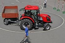 Trať, na níž se traktoristům měřil čas, ale přidávaly se také trestné body za dotek překážky či nedostatečná vzdálenost od konce brány při couvání, byla opravdu náročná.