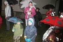 Poprvé si přišli koledy s Deníkem zazpívat i obyvatelé Dlouhé Vsi. Sešlo se jich asi padesát a mezi zpěváky byla i celá řada dětí.