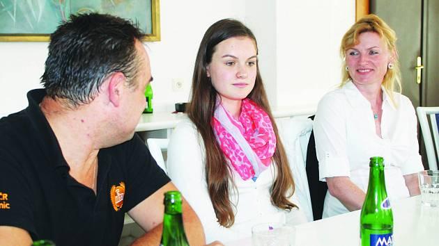 Aneta Holendová s rodiči v salonku havlíčkobrodské radnice.