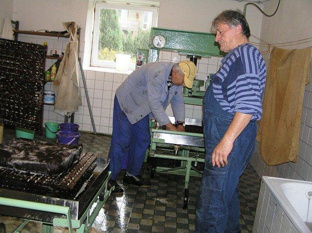 Sezona moštování začala, za jednu směnu vyrobí zahrádkáři více než tisíc litrů moštu.
