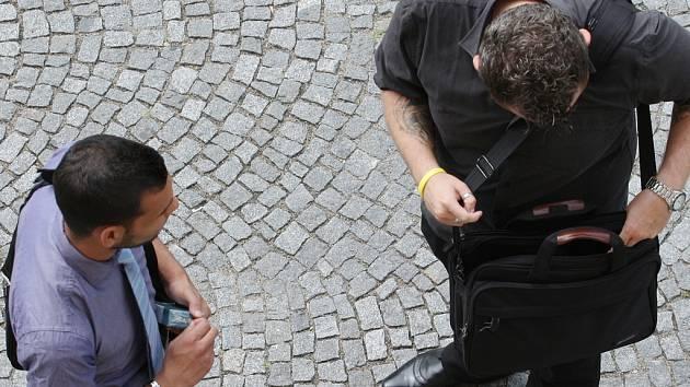 Čtyřiadvacetiletou dívku přepadl v pondělí na chodníku ve Žďáře nad Sázavou epileptický záchvat. Upadla, ale nejméně  čtvrt hodiny si jí nikdo nevšímal. Zbystřil pouze zloděj, který mladé ženě ukradl prsten. Ilustrační foto: