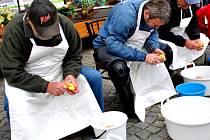 Součástí tradičních Bramborářských dnů byly i hravé soutěžní disciplíny. Tou nejatraktivnější byla soutěž ve škrábání tří kilogramů brambor.